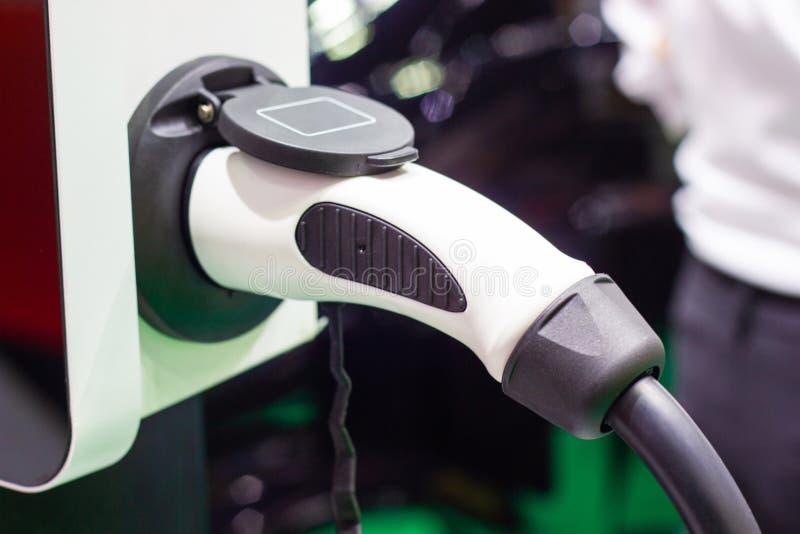 La carga de la bater?a para las nuevas innovaciones automotrices del coche la fuente de alimentaci?n foto de archivo