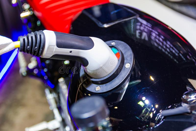 La carga de la bater?a para las nuevas innovaciones automotrices del coche la fuente de alimentaci?n foto de archivo libre de regalías