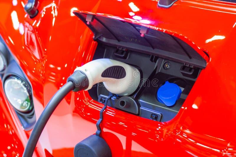 La carga de la bater?a para las nuevas innovaciones automotrices del coche que la fuente de alimentaci?n tap? foto de archivo libre de regalías