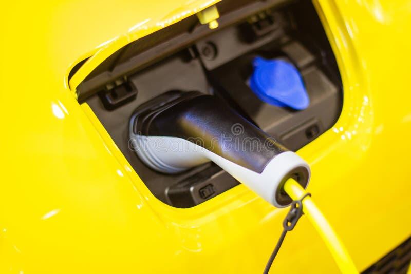 La carga de la bater?a para las nuevas innovaciones automotrices del coche que la fuente de alimentaci?n tap? imágenes de archivo libres de regalías