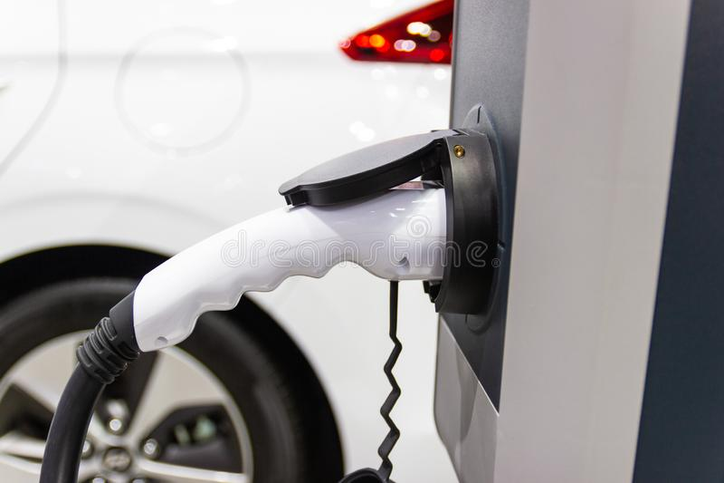 La carga de la bater?a para las nuevas innovaciones automotrices del coche que la fuente de alimentaci?n tap? fotos de archivo libres de regalías