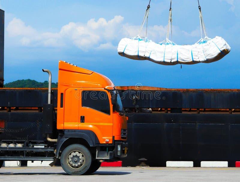 La carga refina el azúcar en bolso enorme en el control del buque Entrega y envío del cargo imágenes de archivo libres de regalías