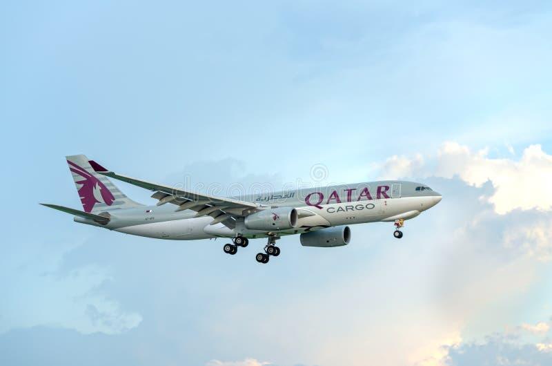 La cargaison d'Airbus A330-200F Qatar Airways à voler au-dessus des nuages préparent Tan Son Nhat International Airport de débarq photo libre de droits