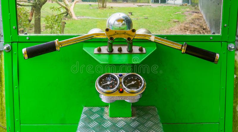 La carlinga de un carrito, juguetes de los niños, volante con el velocímetro fotografía de archivo