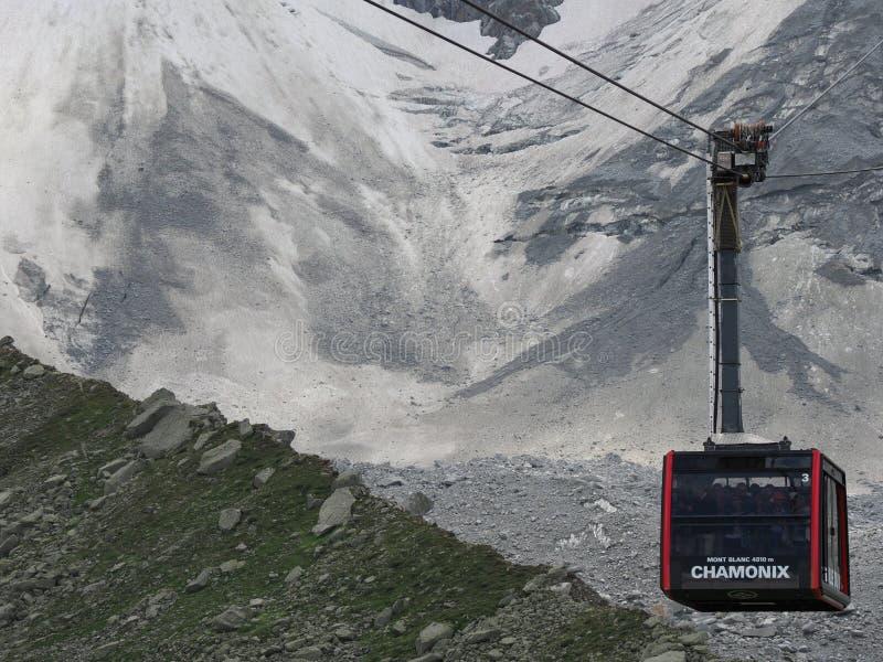 La carlingue de funiculaire avec des touristes sur AIGUILLE DU MIDI à la gamme de montagnes française la plus élevée dans les ALP photos stock