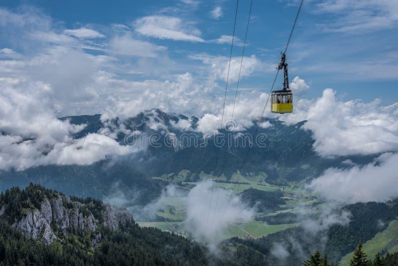 La carlingue funiculaire en montagnes des Alpes Bavière, Allemagne images libres de droits