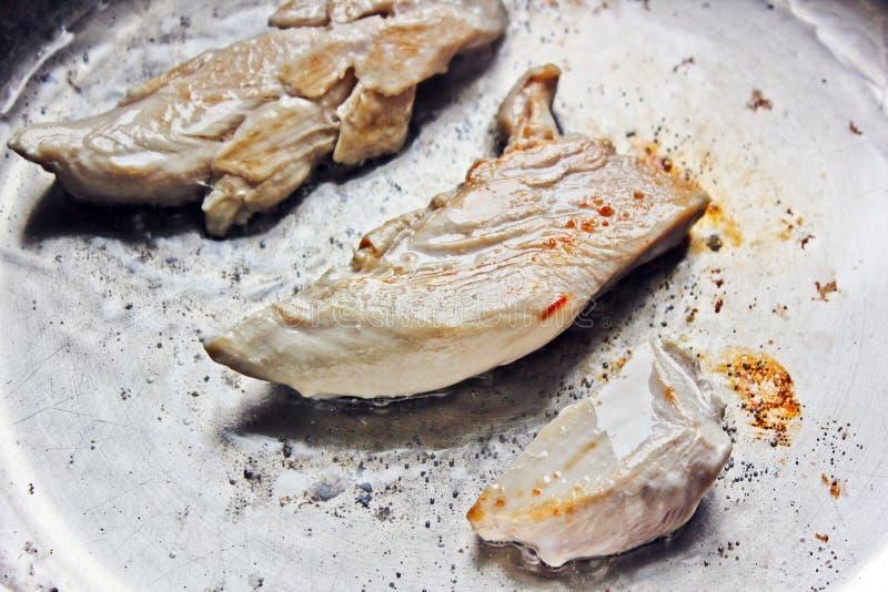 La carne è fritta in una vaschetta pollo fotografia stock