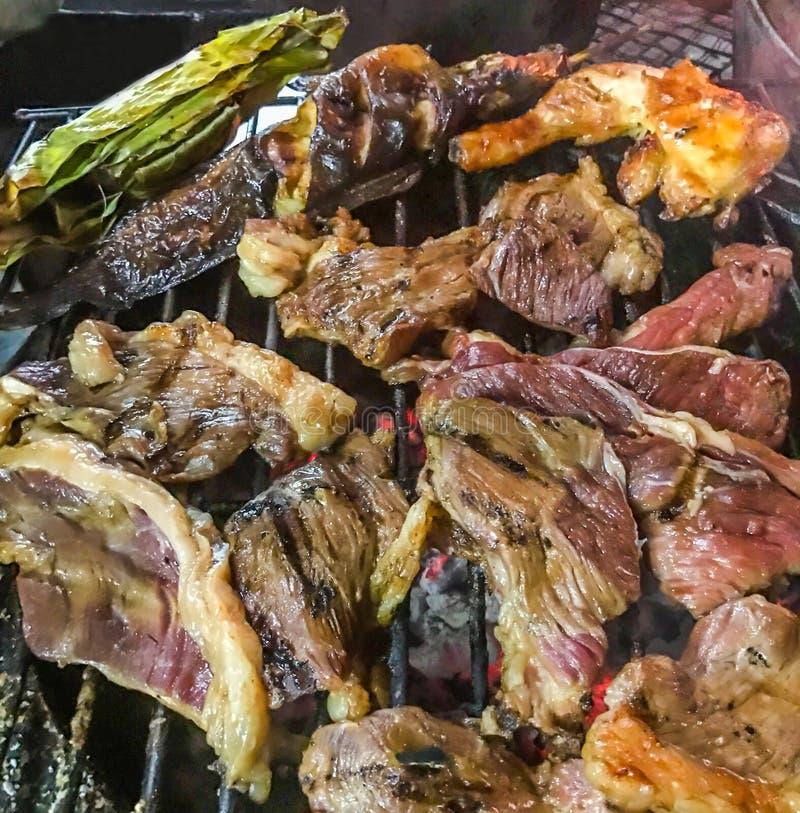 La carne assortita dal pollo, dalla carne di maiale, dal manzo, dal pesce e dalla verdura ha cucinato sulla griglia del barbecue  immagini stock libere da diritti