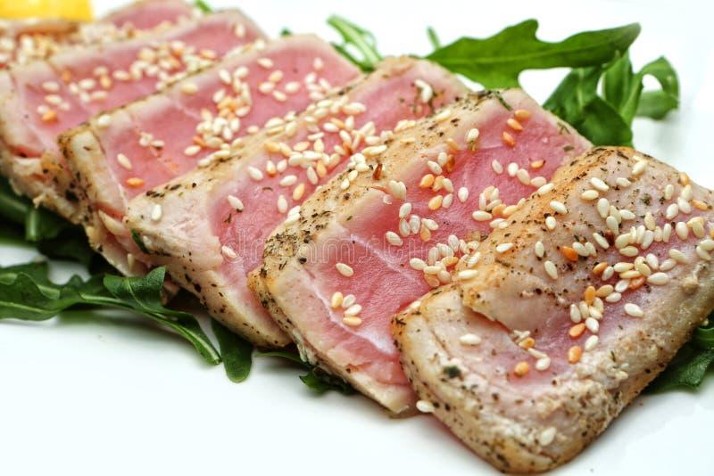 La carne corta el atún con las semillas de sésamo fotos de archivo