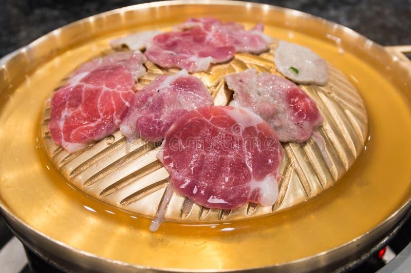 La carne cruda cortó la parrilla en la cacerola caliente, la barbacoa coreana o Yakiniku adentro imagen de archivo libre de regalías