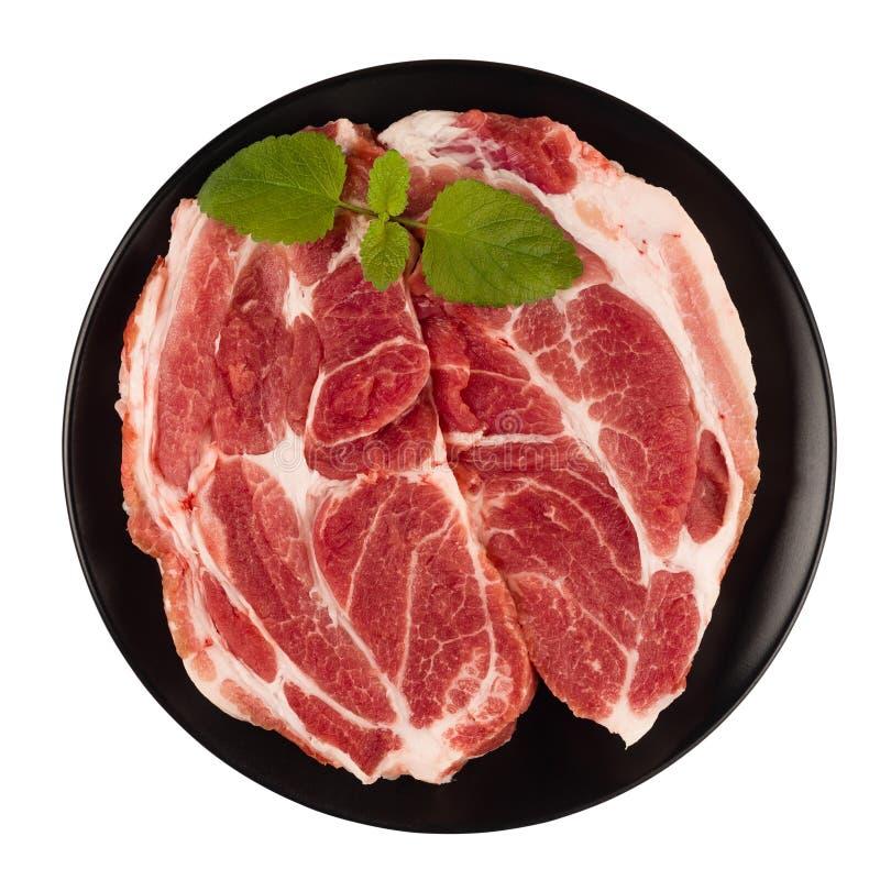 La carne cruda del cuello del cerdo corta en una opinión superior de la placa aislada en los vagos blancos imagen de archivo