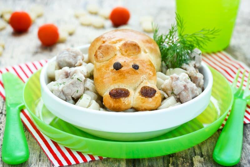 La carne de guisado con el bollo formó el hipopótamo divertido - idea creativa para los niños d imagenes de archivo