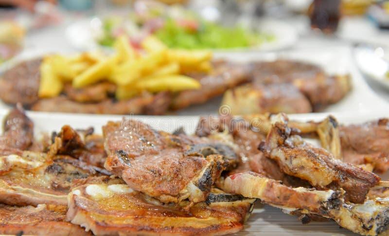 la carne de vaca y el cordero asados sirvieron en una tabla del restaurante fotografía de archivo