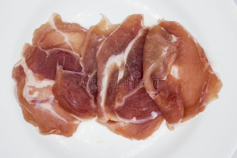 La carne, carne di maiale, affetta la lonza di maiale su un fondo bianco fotografie stock libere da diritti