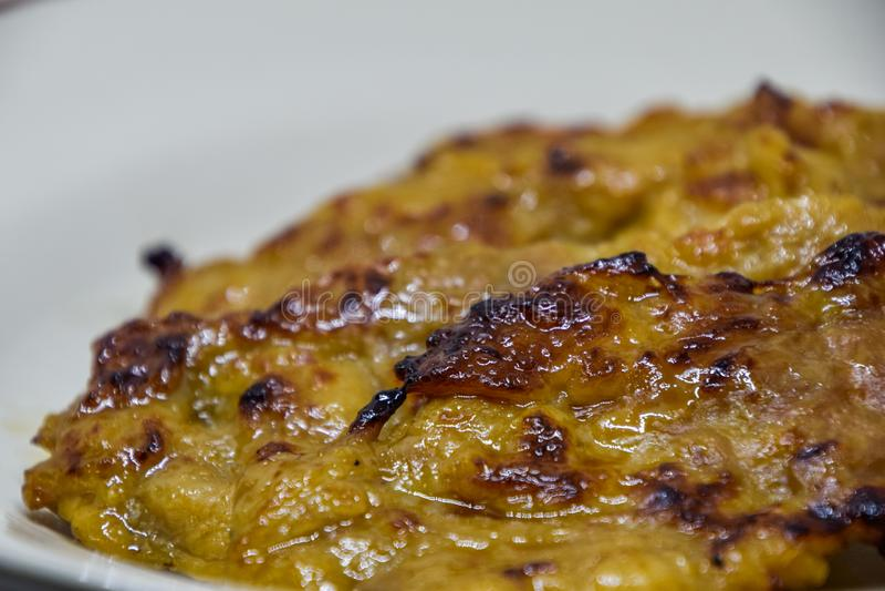 La carne di maiale arrostita riempita di olio su un piatto bianco, arrosto maiale che la gente tailandese gradisce mangiare con r immagini stock libere da diritti