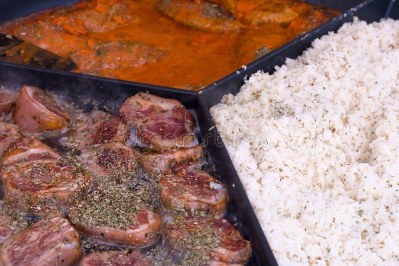 La carne di maiale knuckles, stufato della carne, riso in una grande padella, alimento della via, fotografia stock libera da diritti