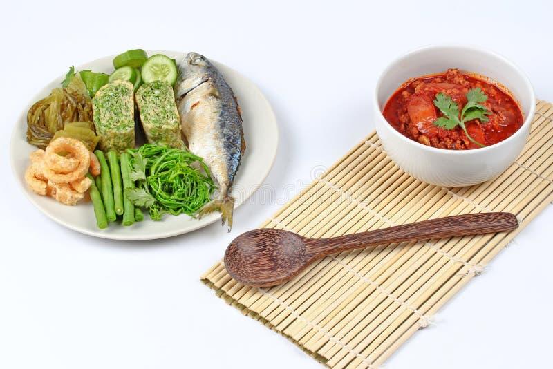 La carne ed il pomodoro piccanti immergono, Nam Prik Ong, con il piatto laterale immagine stock