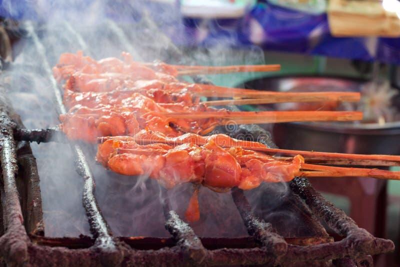 La carne ensarta cocinar en parrilla en el mercado en Phuket, Tailandia imagen de archivo