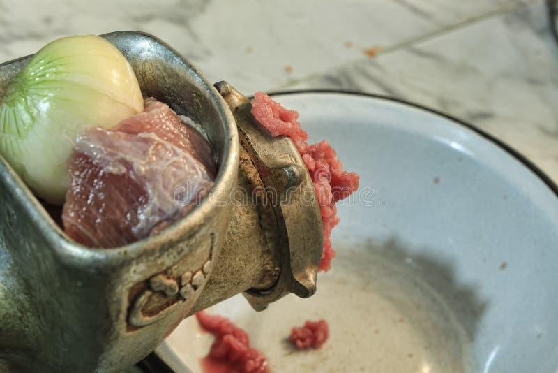 La carne fresca e le cipolle sono trasformate fotografia stock