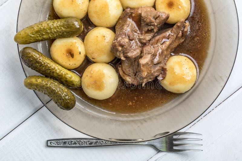 La carne guisada del pavo sirvió con las bolas de masa hervida y la salsa silesias fotos de archivo libres de regalías