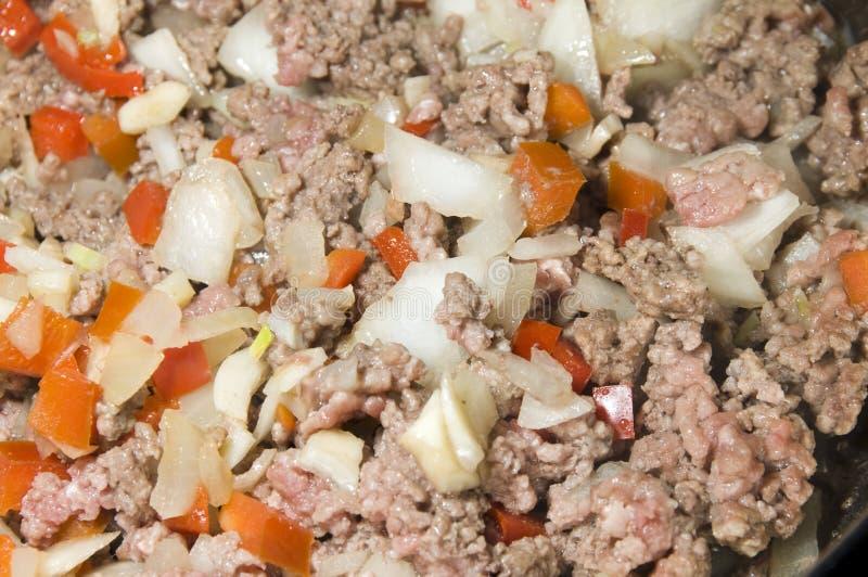 La carne picada con las cebollas sazona con pimienta para la salsa de pastas fotos de archivo libres de regalías