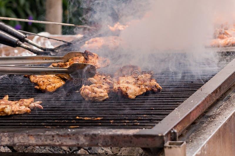 La carne se fríe en la parrilla en los carbones fotografía de archivo