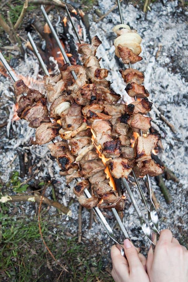 La carne se prepara en el fuego fotos de archivo libres de regalías