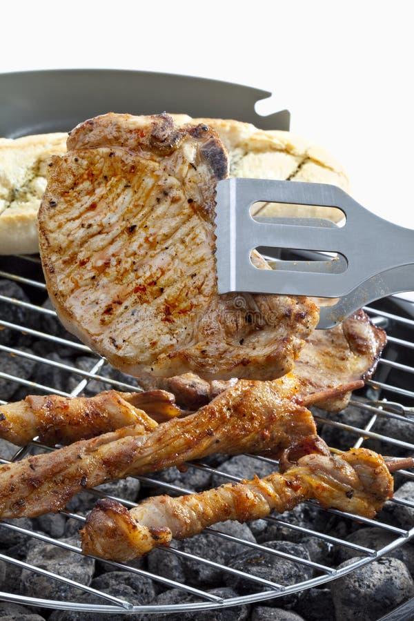 La carne y el pan en barbacoa asan a la parrilla, se cierran para arriba imagen de archivo