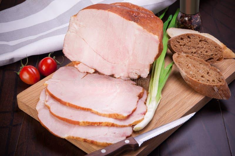 La carne y las salchichas fijaron de la carne fresca y preparada Carne de vaca, cerdo, manteca de cerdo y Bolonia salada y salchi foto de archivo libre de regalías
