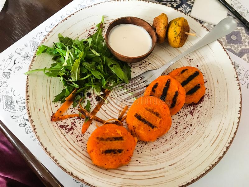 La carotte coupe avec de la crème d'un grand plat blanc images libres de droits