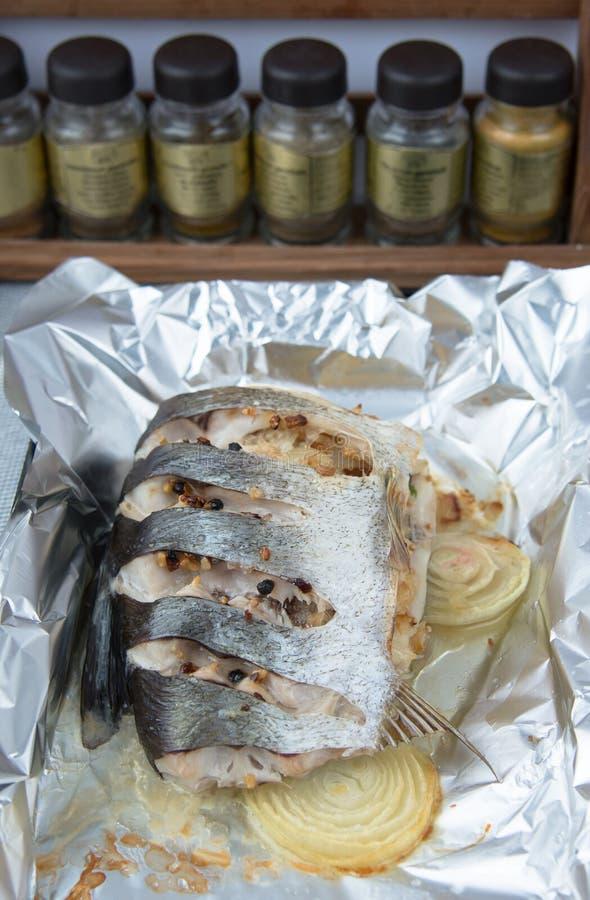 La carpe argentée cuite au four photographie stock