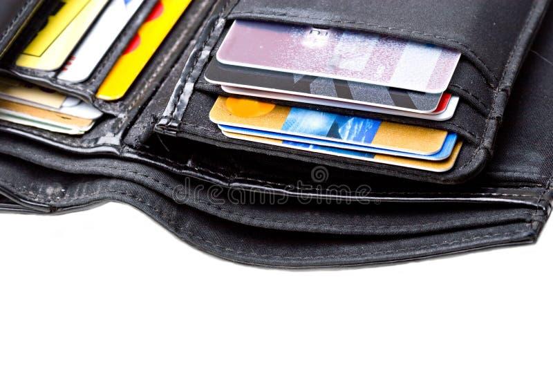 La carpeta de cuero negra con las tarjetas de crédito se cierra para arriba imágenes de archivo libres de regalías