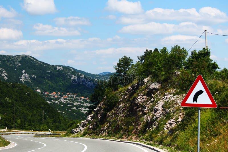 La carretera con curvas con la curva firma adentro Montenegro fotos de archivo libres de regalías