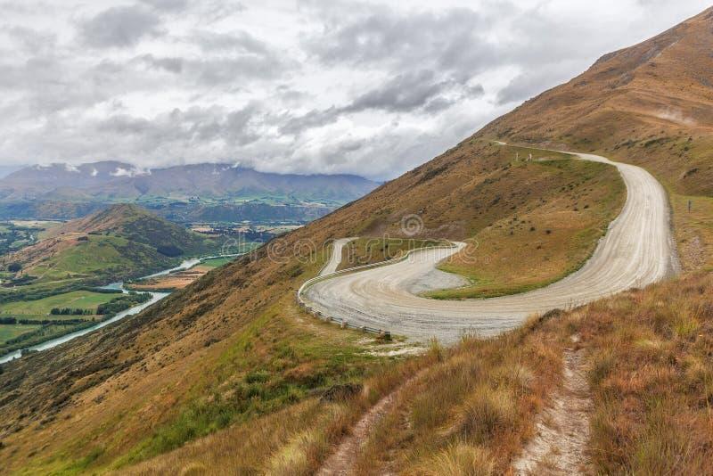 La carretera con curvas cuesta arriba al Remarkables Ski Area con beautiu compite imágenes de archivo libres de regalías