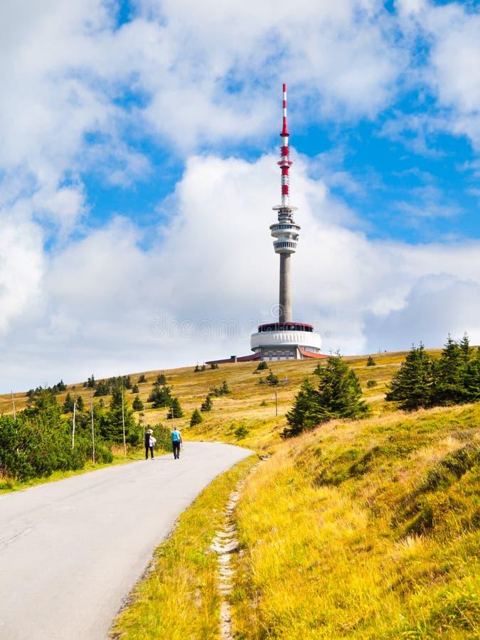 La carretera de asfalto que lleva al transmisor de la TV y el puesto de observación se elevan en la cumbre de la montaña de Prade imagenes de archivo