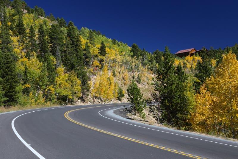 La carretera de la montaña de Colorado en otoño con caída se va fotografía de archivo libre de regalías
