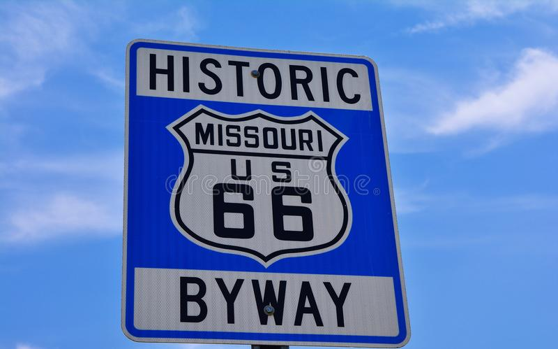 La carretera histórica de la ruta 66 firma adentro Missouri los E.E.U.U. imagen de archivo libre de regalías