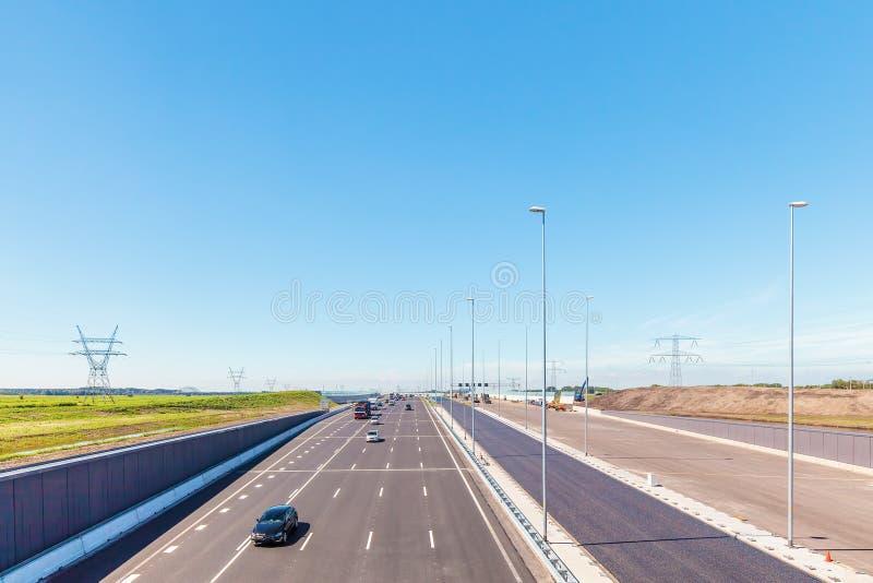 La carretera holandesa principal A1 entre Amsterdam y Utrecht fotos de archivo