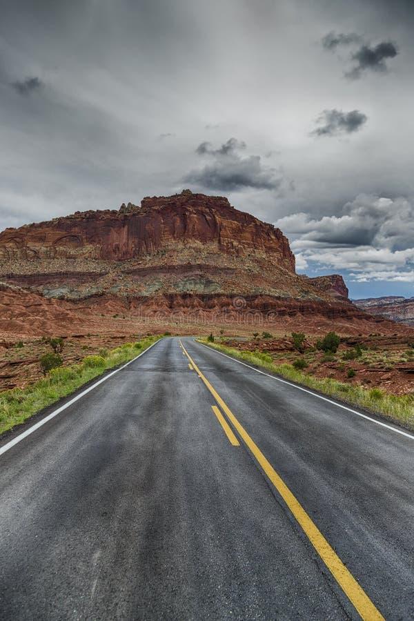 La carretera a las rocas rojas fotografía de archivo