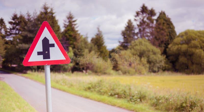 La carretera nacional con los cruces de una prioridad firma adentro Escocia rural foto de archivo