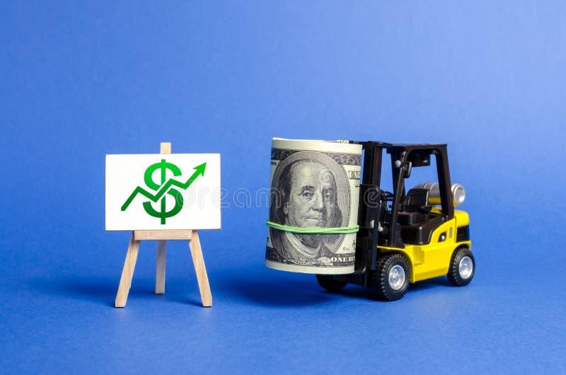 La carretilla elevadora amarilla lleva un paquete grande de dólares y de verde encima de la flecha Crecimiento de la renta y del  imagenes de archivo