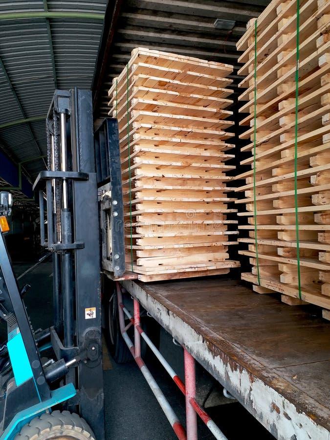 La carretilla elevadora levanta para arriba la plataforma de madera imágenes de archivo libres de regalías