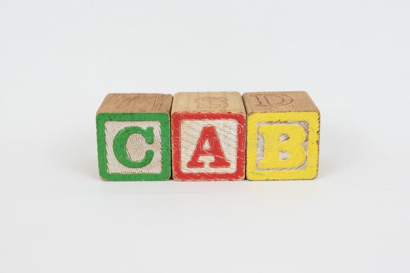 La carrozza di parola in blocchetti dei bambini di legno immagine stock