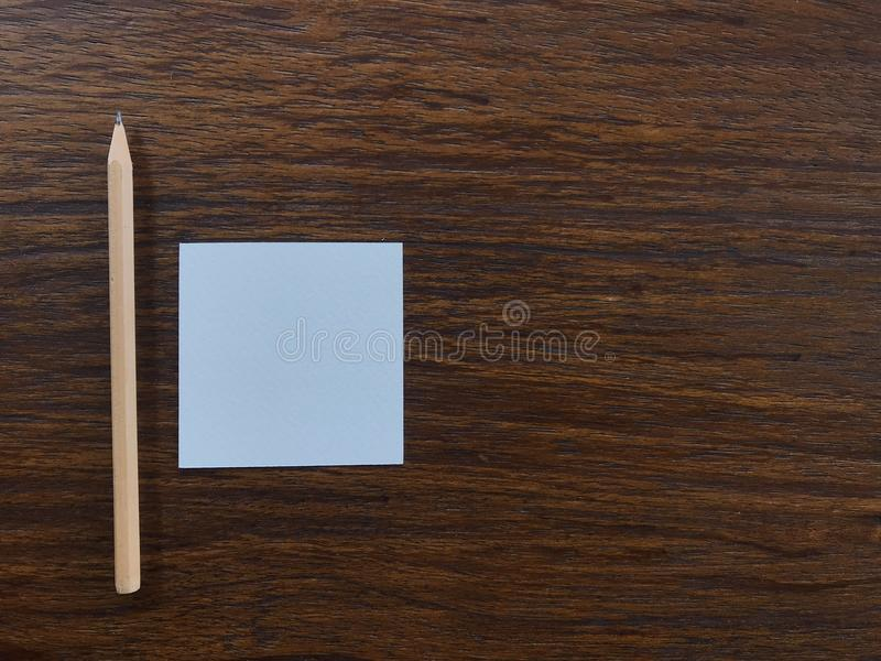 """La carta in bianco ed il legno bianchi disegnano a matita sulla tavola marrone con lo spazio della copia dalla destra, """"getting immagine stock"""