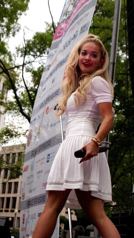 La carta BRITÁNICA de la música certificó al cantante Rita Ora del platino del número 1 en un funcionamiento al aire libre vivo e imagenes de archivo
