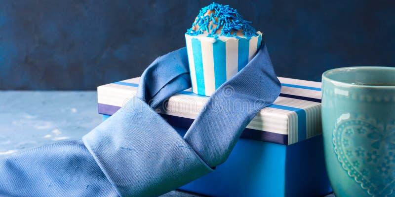 La carta del giorno del ` s del padre con il contenitore di regalo e la tazza agglutinano, legano fotografia stock libera da diritti