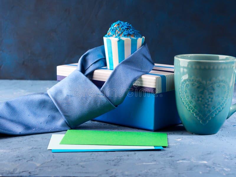 La carta del giorno del ` s del padre con il contenitore di regalo e la tazza agglutinano, legano fotografie stock libere da diritti