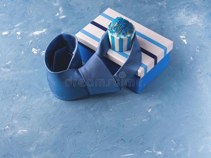 La carta del giorno del ` s del padre con il contenitore di regalo e la tazza agglutinano, legano immagine stock libera da diritti