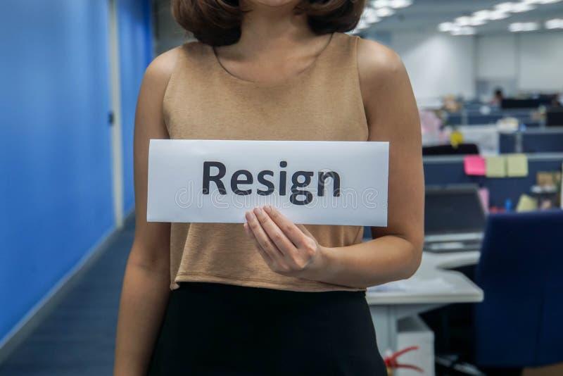 La carta della tenuta della donna di affari di si dimette in ufficio per il abbandono del lavoro fotografia stock libera da diritti