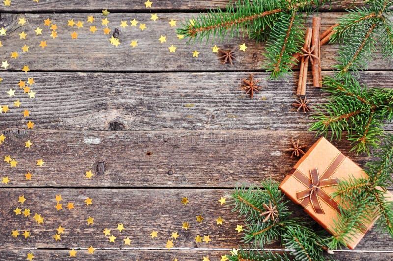 La carta di festa per il nuovo anno è 2019 nei colori caldi e d'avanguardia Composizione dei rami attillati, regalo, cannella, an immagine stock